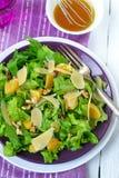 Salada com espinafres, laranjas e porcas fotografia de stock