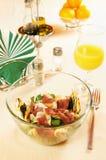 Salada com a faixa fumada do pato em um prato de vidro Fotografia de Stock Royalty Free