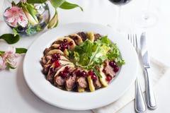 Salada com fatias de peito de pato com maçãs e salada sob o molho da airela Imagens de Stock Royalty Free