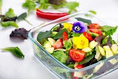 salada com flores comestíveis imagem de stock royalty free