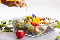 salada com flores comestíveis imagens de stock
