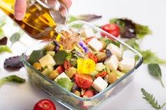 salada com flores comestíveis imagem de stock