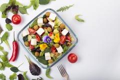 salada com flores comestíveis foto de stock royalty free