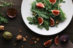 Salada com folhas e figos do foguete imagens de stock royalty free