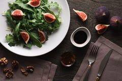 Salada com folhas e figos do foguete imagem de stock royalty free