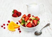 Salada com frutas frescas Fotografia de Stock