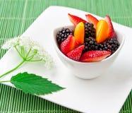 Salada com frutos frescos e bagas. Imagem de Stock