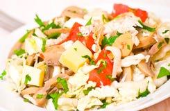 Salada com galinha, cogumelos, queijo e vegetais Foto de Stock