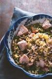 Salada com galinha e feijões em uma bacia cerâmica Fotos de Stock