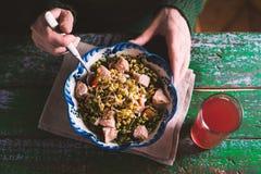 Salada com galinha e os feijões verdes em placas Fotos de Stock