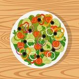 Salada com legumes frescos em uma placa branca na superfície de madeira Tomates, pepinos, cebolas, pimentas de sino, azeitonas pr Foto de Stock Royalty Free