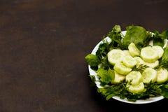 Salada com legumes frescos, ervas, e pepinos foto de stock