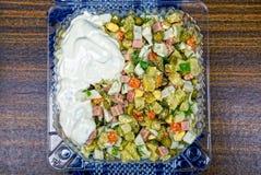 Salada com maionese em uma placa plástica imagens de stock