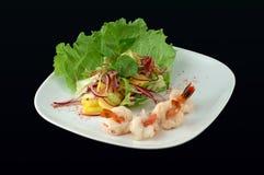 Salada com mariscos em um fundo preto Foto de Stock Royalty Free