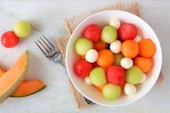 Salada com melancia, melão, cantalupo e queijo, vista superior no mármore Fotos de Stock