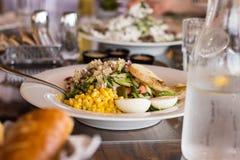 Salada com milho, melão, ovo, verdes, pepino, tomate, breadcrum fotografia de stock