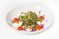 Salada com mozzarella, porcas e vegetais Imagem de Stock