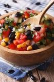 Salada com o verti dos feijões pretos, do abacate, do milho e do close up dos tomates Fotografia de Stock Royalty Free