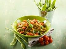 Salada com os feijões verdes lisos fotografia de stock royalty free