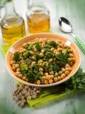 Salada com os grãos-de-bico do anche dos brócolis, foco seletivo fotos de stock