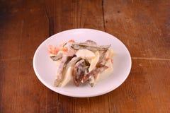 Salada com os legumes frescos no fundo de madeira Fotografia de Stock