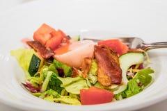 Salada com ovo cozido e bacon Imagem de Stock Royalty Free