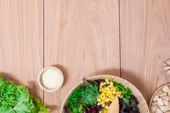 Salada com ovos, cantalupo, porca do pão e o vegetal verde na placa de madeira Fotografia de Stock