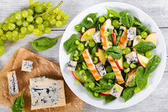 Salada com peito de frango, espinafres, aipo, uvas e queijo Imagem de Stock Royalty Free