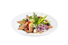 Salada com peixes, azeitonas e os legumes frescos fotos de stock