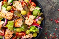 Salada com peixes Salada do legume fresco com a faixa de peixes salmon Pesque a salada com faixa salmon e os legumes frescos Foto de Stock