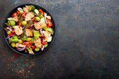 Salada com peixes Salada do legume fresco com a faixa de peixes salmon Pesque a salada com faixa salmon e os legumes frescos Imagem de Stock