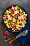 Salada com peixes Salada do legume fresco com a faixa de peixes salmon Pesque a salada com faixa salmon e os legumes frescos Fotografia de Stock