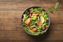 Salada com peixes e o tomate salmon Fotografia de Stock