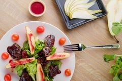 Salada com pera fotografia de stock