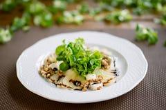 Salada com peras, as nozes e queijo de cabra grelhados, fim acima Fotos de Stock