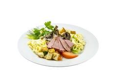 Salada com presunto, cogumelos, tomates e massa fotografia de stock