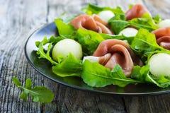 Salada com prosciutto, melão e rúcula imagens de stock royalty free