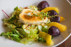 Salada com queijo de cabra Foto de Stock Royalty Free