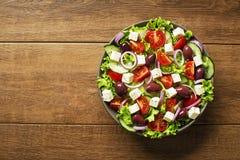 Salada com queijo e vegetais de feta imagens de stock royalty free