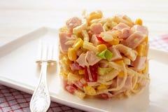 Salada com raizes de aipo, milho, alho-porro, pimenta, presunto e o iogurte natural Imagens de Stock Royalty Free