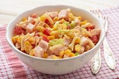 Salada com raizes de aipo, milho, alho-porro, pimenta, presunto e o iogurte natural Imagens de Stock