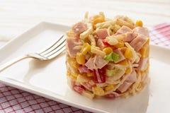 Salada com raizes de aipo, milho, alho-porro, pimenta, presunto e o iogurte natural Foto de Stock