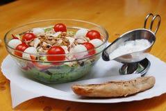 Salada com rolo e molho de pão fotos de stock royalty free