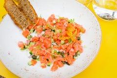 Salada com salmões, abobrinha e cebola Foto de Stock