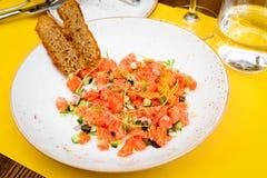 Salada com salmões, abobrinha e cebola Foto de Stock Royalty Free