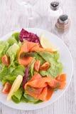 Salada com salmão fumado Fotografia de Stock