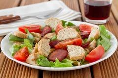 Salada com salsicha Fotos de Stock Royalty Free