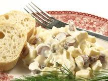 Salada com salsichas e queijo Fotografia de Stock