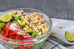 salada com tofu, grãos-de-bico, abacate imagem de stock