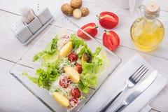 Salada com tomate, carne e batata Imagem de Stock